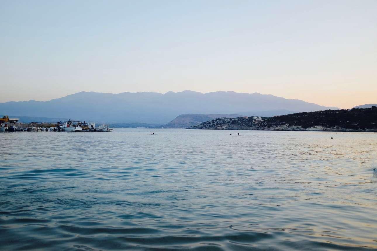 Μαράθι: πληθυσμός 12 κάτοικοι. Ισως το πιο αραιοκατοικημένο νησί της Ελλάδας, το Μαράθι έχει μόνο μία παραλία, καθόλου δρόμους, αυτοκίνητα και μαγαζιά. Οι μοναδικοί ήχοι που ακούγονται στο ήσυχο νησί, είναι το κελάηδημα των πουλιών και τα κουδούνια των κατσικιών. Το Μαράθι άρχισε να κατοικείται το1977 από την οικογένεια Αιμιλιανού, η οποία υδροδότησε και ηλεκτροδότησε το νησί και τώρα καλωσορίζει τους επισκέπτες στο ξενοδοχείο και την ταβέρνα το καλοκαίρι, όταν το νησί έχει περίπου 12 κατοίκους. Τον χειμώνα ο αριθμός των κατοίκων πέφτει στους τρεις