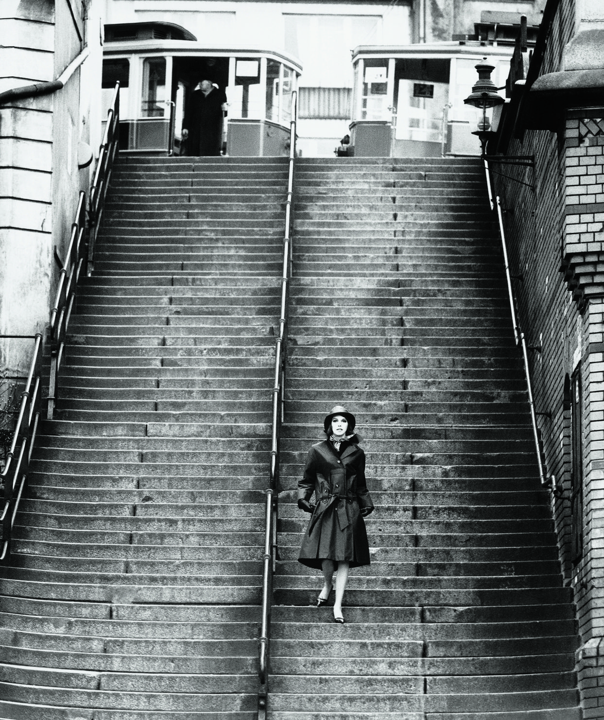 Φωτογράφιση μόδας στο Αμβούργο για την εταιρεία «Nino», μέσα στη βροχή... Μία ακόμη απόδειξη της φωτογραφικής επανάστασης που έφερε η θρυλική κάμερα