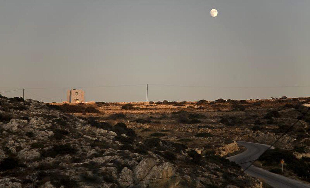Ηρακλειά, Κυκλάδες: πληθυσμός 150 κάτοικοι. Από τα ομορφότερα τοπία των Κυκλάδων, η Ηρακλειά μπορεί να μην έχει πολλές υποδομές αλλά έχει απίστευτη φυσική ομορφιά και εκπληκτικές παραλίες, όπως το Λιβάδι. Υπάρχουν επίσης επτά μονοπάτια για πεζοπορία για όσους θέλουν να «κάψουν» τις θερμίδες από την φέτα, τις ελιές και το εξαιρετικό ντόπιο μέλι με θυμάρι...