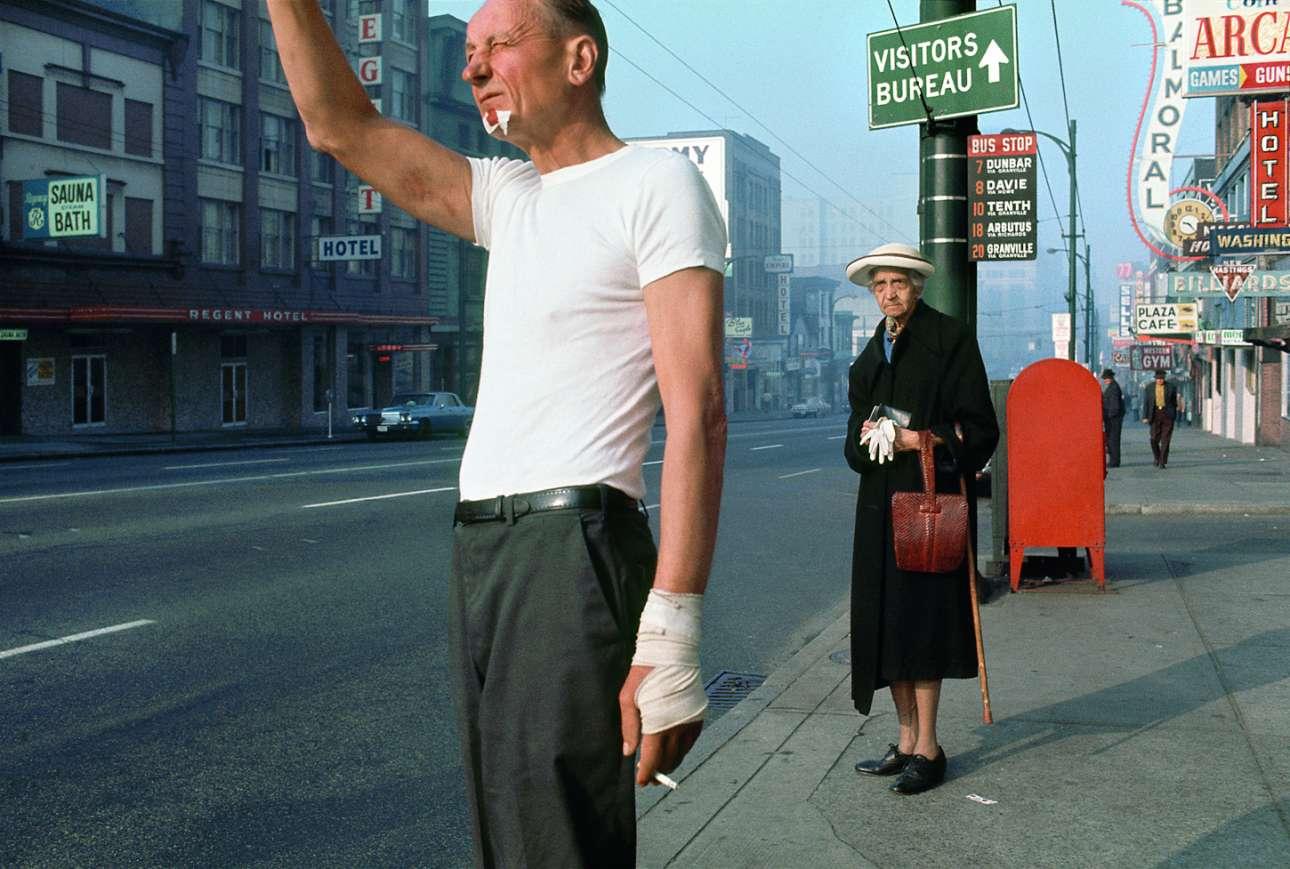 «Ο άνδρας με τον επίδεσμο», 1968. Ο Φρεντ Χέρτζογκ θεωρείται σήμερα πρωτοπόρος της καλλιτεχνικής έγχρωμης φωτογραφίας. Το αγαπημένο θέμα του πολωνού φωτογράφου ήταν η νέα του πατρίδα, ο Καναδάς, την δεκαετία του 50. Τυπικός φλανέρ, προτιμούσε να αφήνει την κατάλληλη στιγμή να έρχεται φυσικά