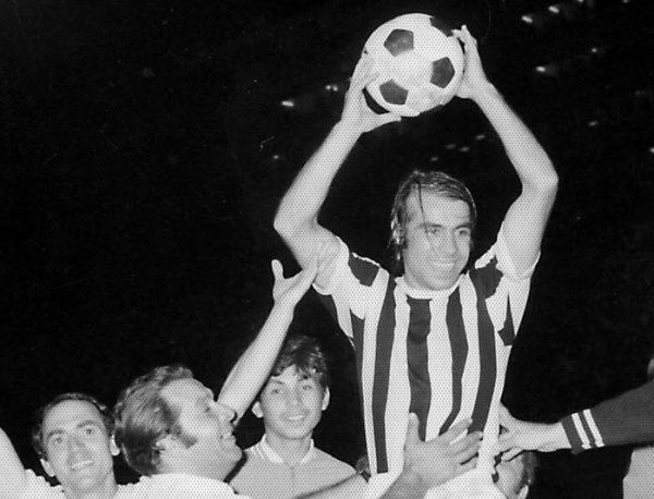 Ο Γιώργος Κούδας κρατώντας τη μπάλα του αγώνα. Μια από τις αναγνωρίσιμες φωτογραφίες της εποχής