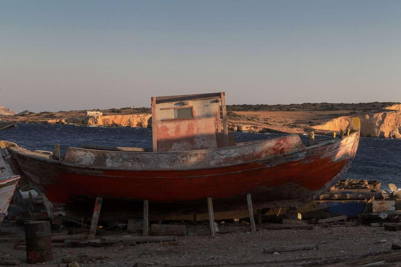 Κουφονήσια, Κυκλάδες: πληθυσμός 400 κάτοικοι. Το άνω και κάτω Κουφονήσι, μία ζωντανή κοινότητα γεμάτη ψαράδες, βάρκες, χωρίς σχεδόν καθόλου αυτοκίνητα και υπέροχα, κατάλευκα σπίτια, προσφέρουν ένα διάλειμμα από τις υπόλοιπες τουριστικές Κυκλάδες και είναι αγαπημένος, οικονομικός προορισμός για τους Αθηναίους