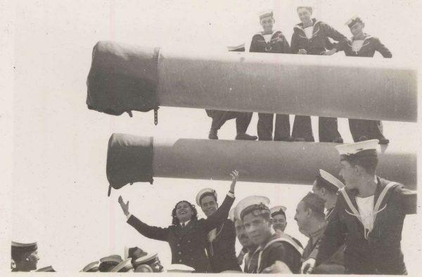 Η Σοφία Βέμπο με ναύτες του «Αβέρωφ» στον Β' Παγκόσμιο Πόλεμο
