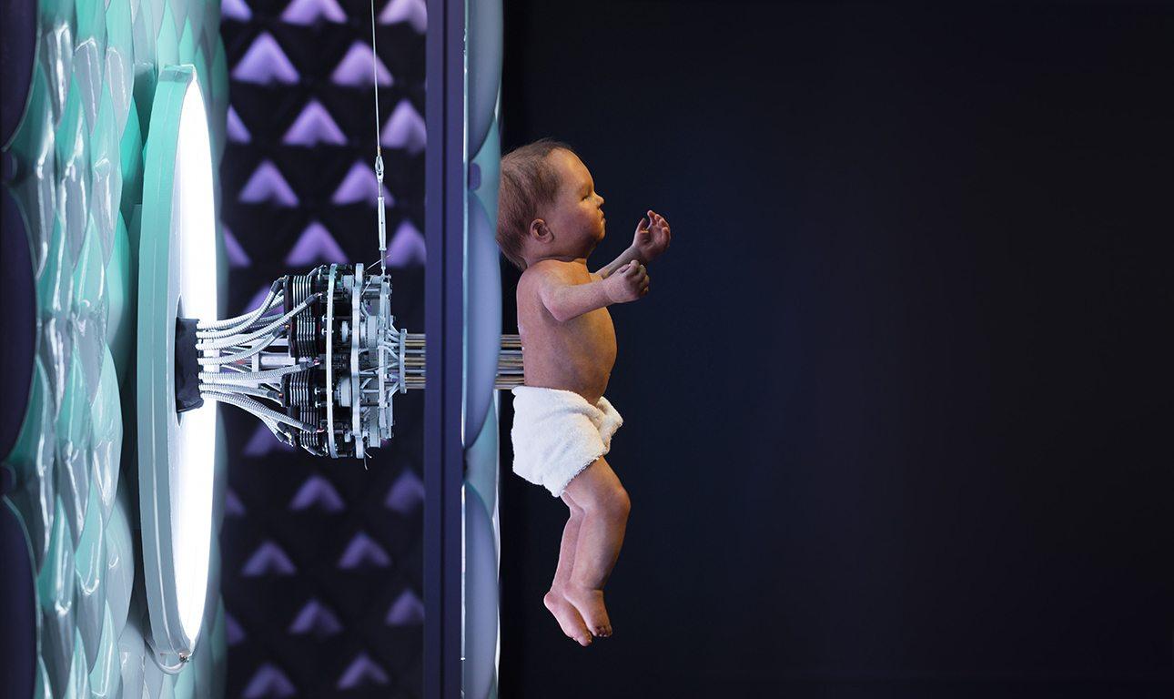 Ενα μωρό ρομπότ ξαπλωμένο πάνω σε ένα φωτισμένο στρώμα, υποδέχεται τους επισκέπτες της έκθεσης «Ρομπότ». Το Μουσείο Επιστημών του Λονδίνου ανέθεσε σε μία εταιρεία ειδικών εφέ τη δημιουργία του συγκεκριμένου ρομπότ, το οποίο εκτελεί μόνο προγραμματισμένες κινήσεις - ανοιγοκλείνει τα μάτια, κουνάει τα άκρα, φτερνίζεται και αναπνέει