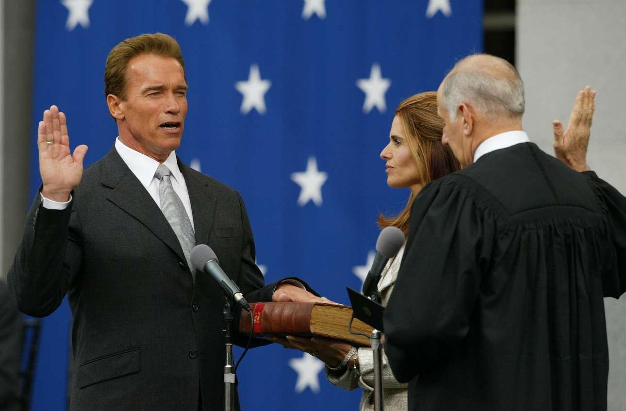 Διακοπή για πολιτική. Νοέμβριος 2003. Υπό το βλέμμα της συζύγου του, Μαρία Σράιβερ, ορκίζεται 38ος κυβερνήτης της Καλιφόρνια