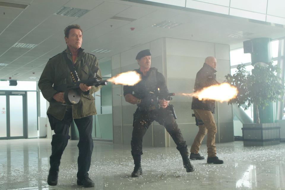 Αφού ξεμπέρδεψε με την πολιτική επέστρεψε στη δοκιμασμένη συνταγή των ταινιών δράσης. Εδώ στο «Αναλώσιμοι 2» το 2012, σε μια συνάντηση γιγάντων: Αρνι, Σιλβέστερ Σταλόνε, Μπρους Γουίλις