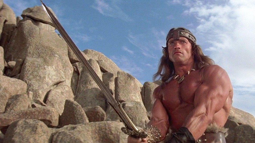Στον ρόλο που τον έκανε γνωστό: «Κόναν, ο Βάρβαρος» το 1982. Ο Αρνι πάλευε για αυτόν τον ρόλο τρία χρόνια. Και φρόντισε να μακρύνει τα μαλλιά του, ώστε να μην επιβαρύνει τους παραγωγούς με περούκες