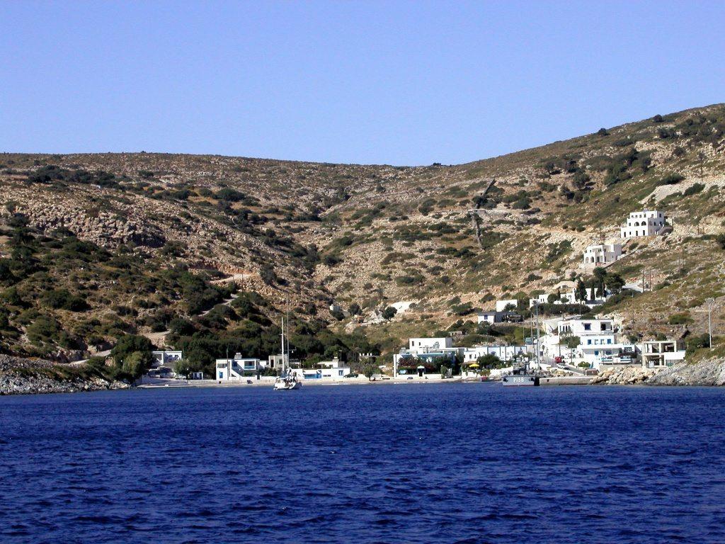 Αγαθονήσι, Δωδεκάνησα: πληθυσμός 185 κάτοικοι.Το βορειότερο νησί των Δωδεκανήσων, το Αγαθονήσι, είναι ιδανικός προορισμός για ναυτικούς που επιζητούν απομόνωση (η πρόσβαση σε μερικές παραλίες γίνεται μόνο από την θάλασσα) και για λάτρεις της Ιστορίας, καθώς εκεί βρίσκονται οι Θόλοι, ένα προβυζαντινό μνημείο μοναδικό στο Αιγαίο