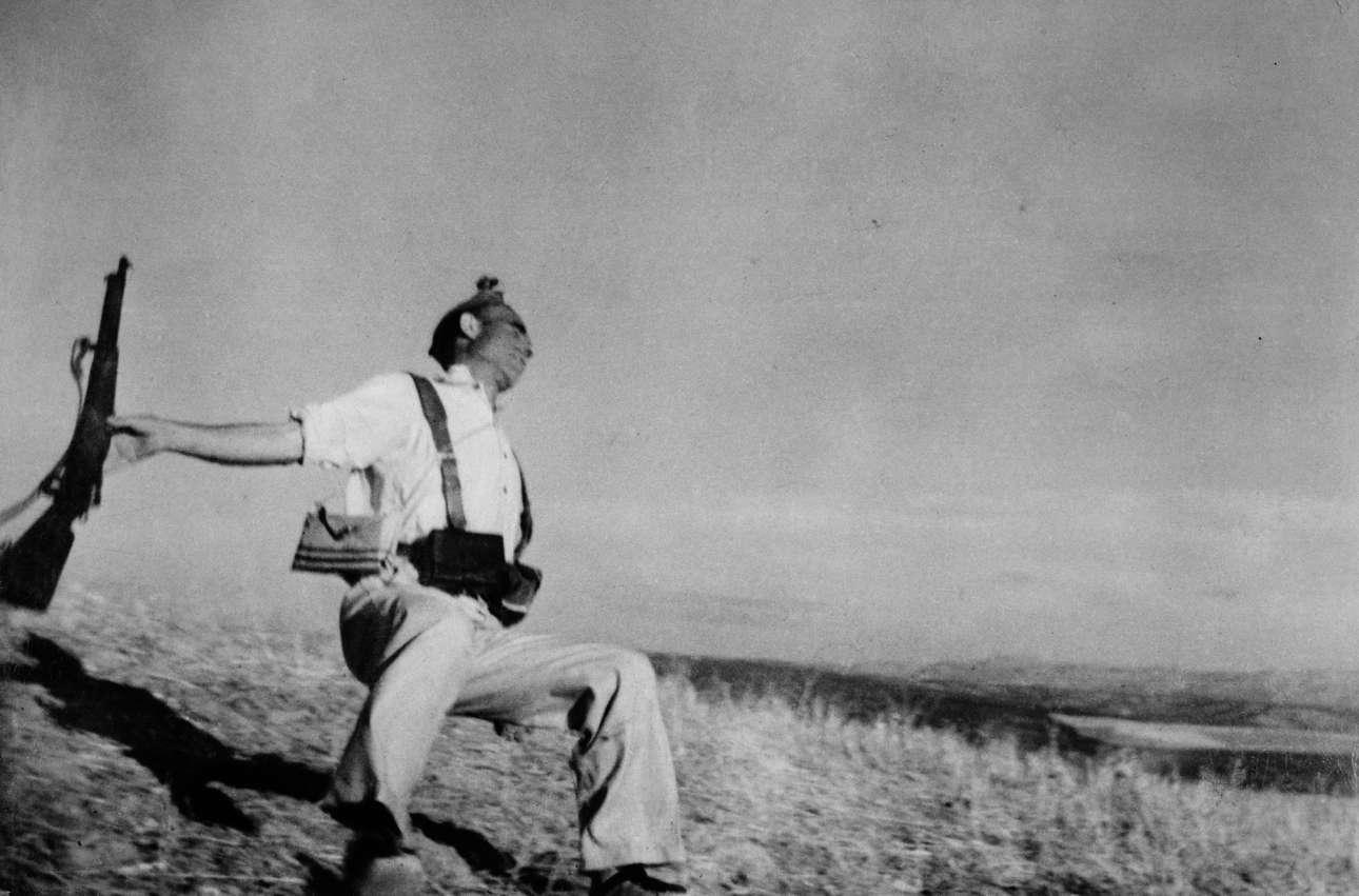 «Ο θάνατος ενός Δημοκρατικού πολιτοφύλακα», Ρόμπερτ Κάπα, 1936.  Ενα ιστορικό στιγμιότυπο του ισπανικού εμφυλίου πολέμου που άλλαξε ριζικά το φωτορεπορτάζ-πολεμική ανταπόκριση, αν και ορισμένοι πιστεύουν ότι ήταν σκηνοθετημένο