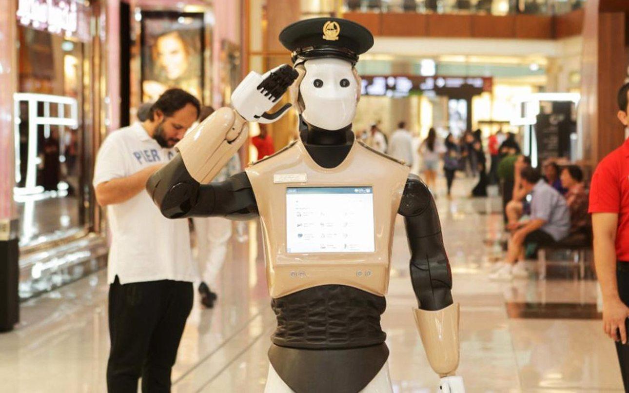 Στρατιωτικός χαιρετισμός από τον «RoboCop», ο πρώτος ρομποτικός αστυνομικός που αναλαμβάνει υπηρεσία στο Ντουμπάι. Στόχος της αστυνομίας είναι μέχρι το 2030 το 25% της δύναμής της να αποτελείται από ρομπότ