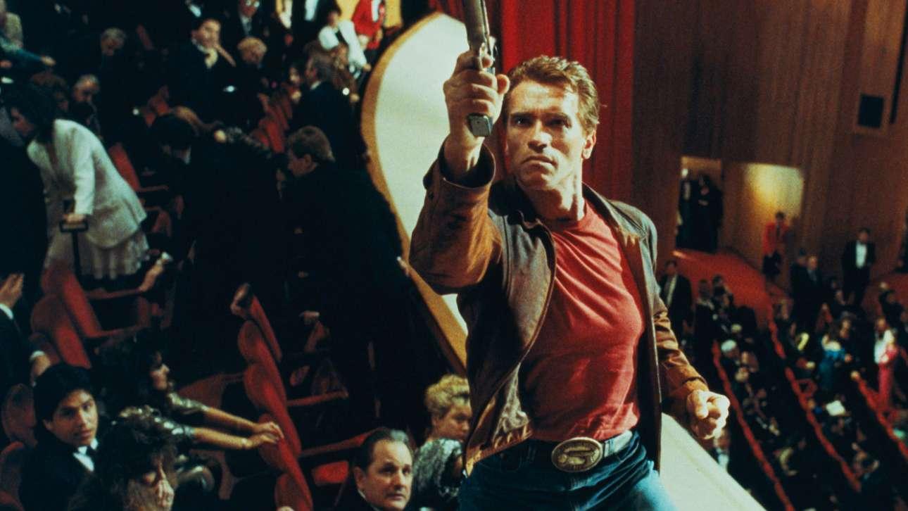 Πάντα με ένα όπλο στο χέρι. Στον «Τελευταίο Μεγάλο Ηρωα» το 1993, μια ταινία δράσης εφηβικού χαρακτήρα και επιπέδου