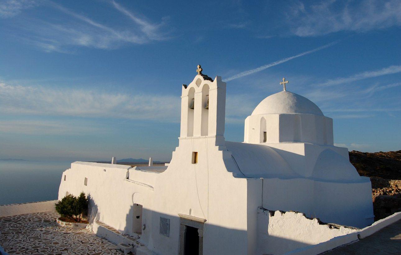 Σίκινος, Κυκλάδες: πληθυσμός 273 κάτοικοι. Οι φιλόξενες οικογενειακές ταβέρνες με το «μαμαδίστικο» φαγητό, τα καΐκια που φεύγουν από την Αλοπρόνοια για μακρινές παραλίες, το μοναστήρι της Χρυσοπηγής και το Κάστρο, ο οχυρωμένος οικισμός του 15ου αιώνα που βρίσκεται σε ένα γκρεμό 280 μέτρα πάνω από τη θάλασσα, εντυπωσίασαν περισσότερο τους συντάκτες της Telegraph