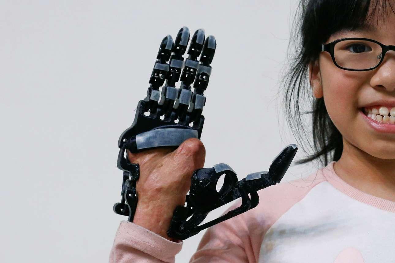 Τα ρομπότ μπορούν να προσφέρουν κυριολεκτικά ένα «χέρι βοηθείας»... Η οκτάχρονη Ειντζελ που έκαψε το χέρι της όταν ήταν μόλις 9 μηνών, ποζάρει χαμογελαστή με το προσθετικό της άκρο από 3D εκτυπωτή
