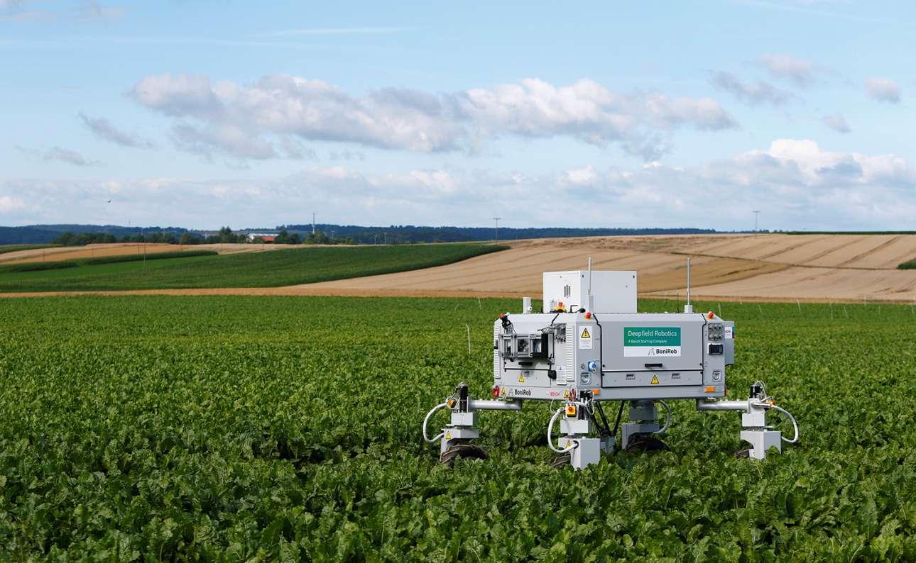 Τα ρομπότ αποδεικνύονται πολύ χρήσιμα και στην γεωργία. Στη φωτογραφία το ρομπότ «BoniRob» της Bosch σε ένα χωράφι στη Στουτγκάρδη της Γερμανίας