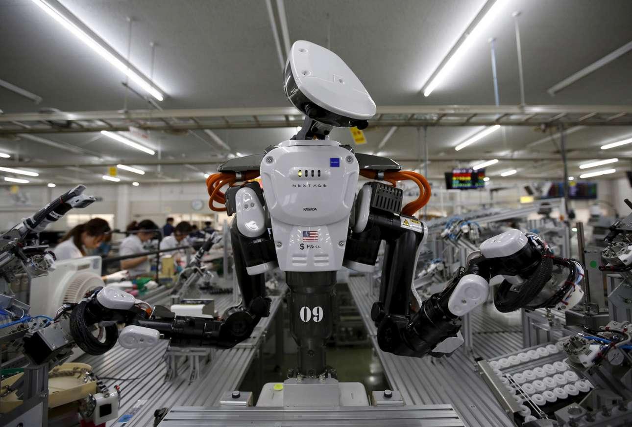 Στη γραμμή παραγωγής σε εργοστάσιο του Τόκιο, ένα ανθρωποειδές ρομπότ δουλεύει κανονικά δίπλα στους υπόλοιπους εργαζόμενους