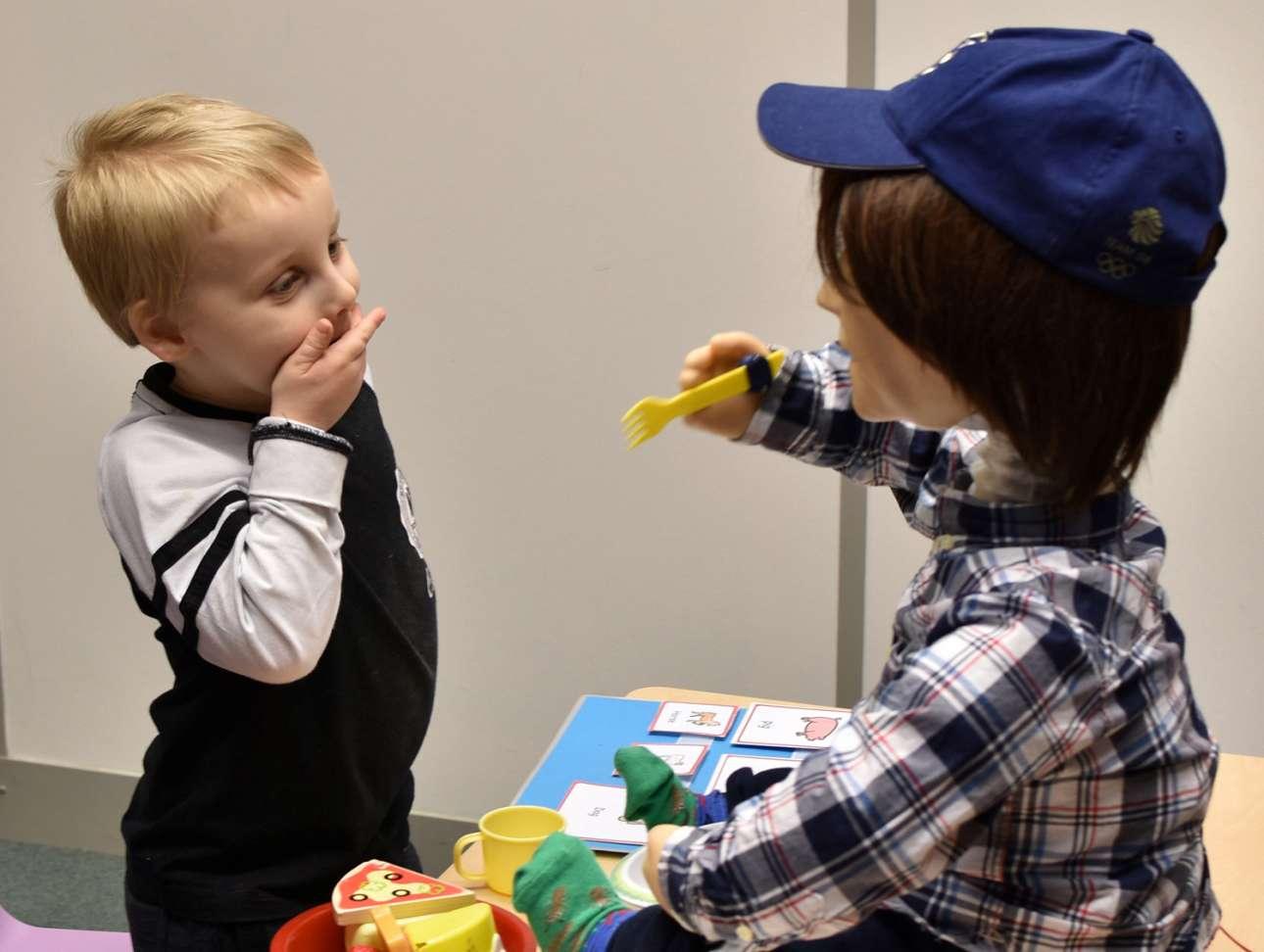 Ο πεντάχρονος Χάρισον παίζει με τον καινούργιο του φίλο Κάσπαρ, ένα ανθρωποειδές ρομπότ στο μέγεθος παιδιού. Το πανεπιστήμιο Χέρτφορντσαϊρ της Αγγλίας δημιούργησε τον Κάσπαρ για να κάνει παρέα και να βελτιώνει την ζωή των παιδιών με αυτισμό