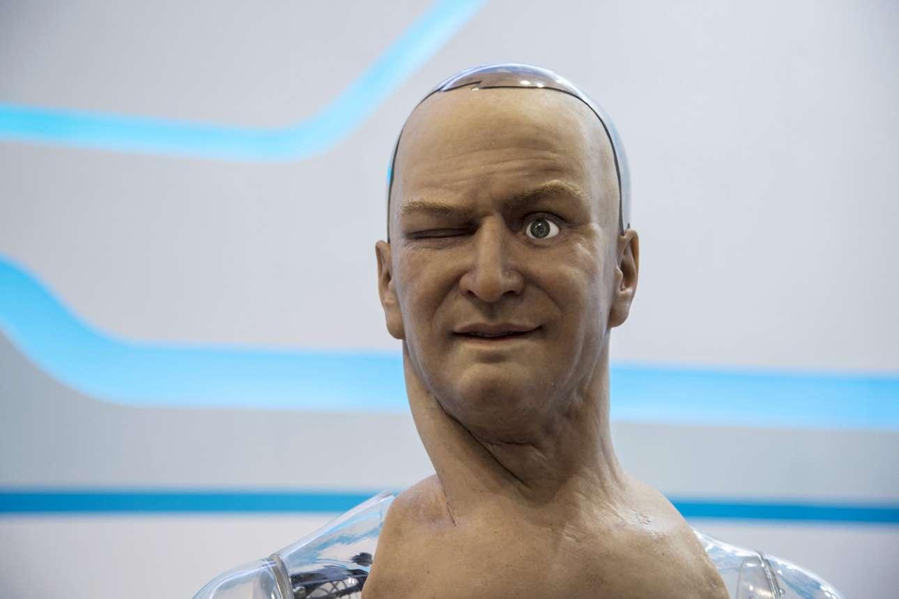 Το ανθρωποειδές ρομπότ με το όνομα Χαν αντιδρά στο πάτημα ενός πλήκτρου του κινητού. Ο Χαν έχει 40 αισθητήρες στο πρόσωπο του, οι οποίοι του επιτρέπουν να σχηματίζει διαφορετικές εκφράσεις. Απαντάει σε απλές ερωτήσεις και θα μπορούσε να χρησιμοποιηθεί στην εξυπηρέτηση πελατών