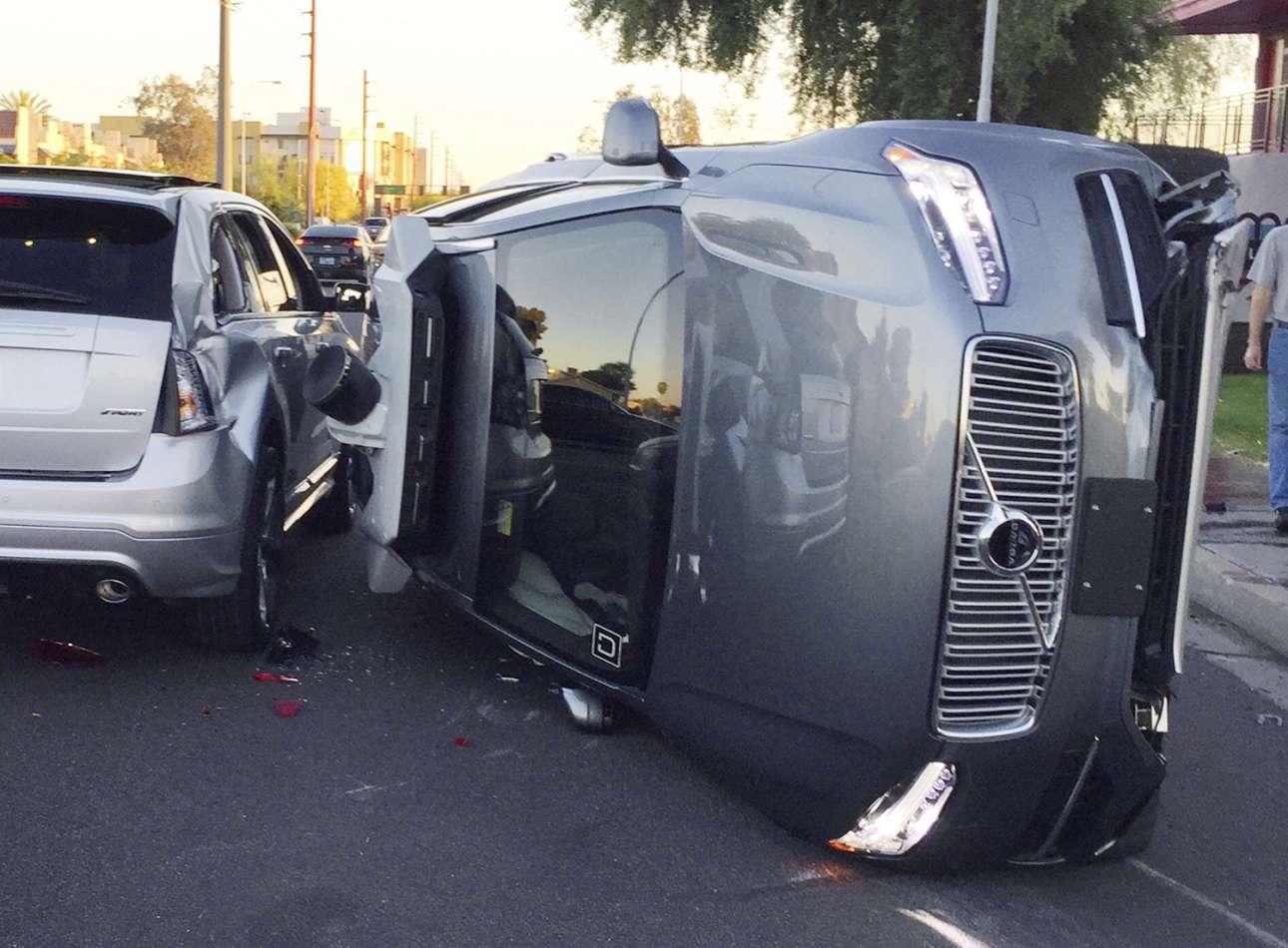 Τα κακά του αυτόματου πιλότου... Oχημα με αυτόματη οδήγηση (self driving car) της εταιρείας μεταφορών Uber αναποδογυρισμένο μετά από σύγκρουση στους δρόμους της Αριζόνα, ΗΠΑ