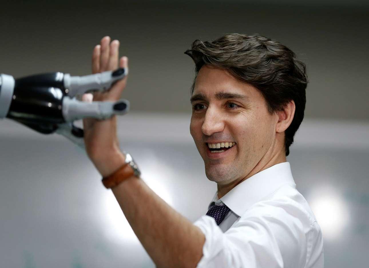 High five! Ο πρωθυπουργός του Καναδά, Τζάστιν Τριντό χαιρετά ένα ρομπότ