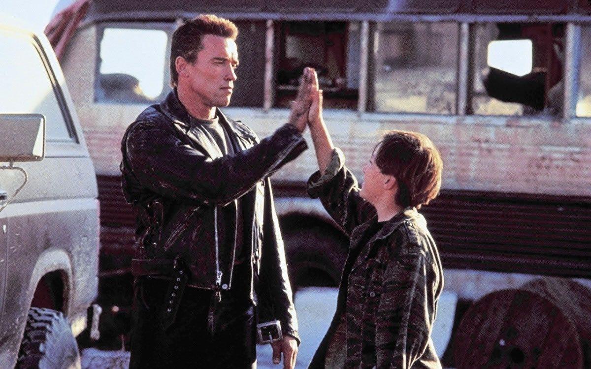 Η επιστροφή του «Εξολοθρευτή». Με τον Εντουαρντ Φέρλονγκ στο «Terminator 2» -πάλι από τον Τζέιμς Κάμερον- το 1991. Επτά χρόνια μετά το πρώτο φιλμ, μόνο η αμοιβή του Αρνι ξεπερνούσε το συνολικό κόστος της πρώτης ταινίας. Μας προσέφερε μια δεύτερη ατάκα: «Hasta la vista, baby»