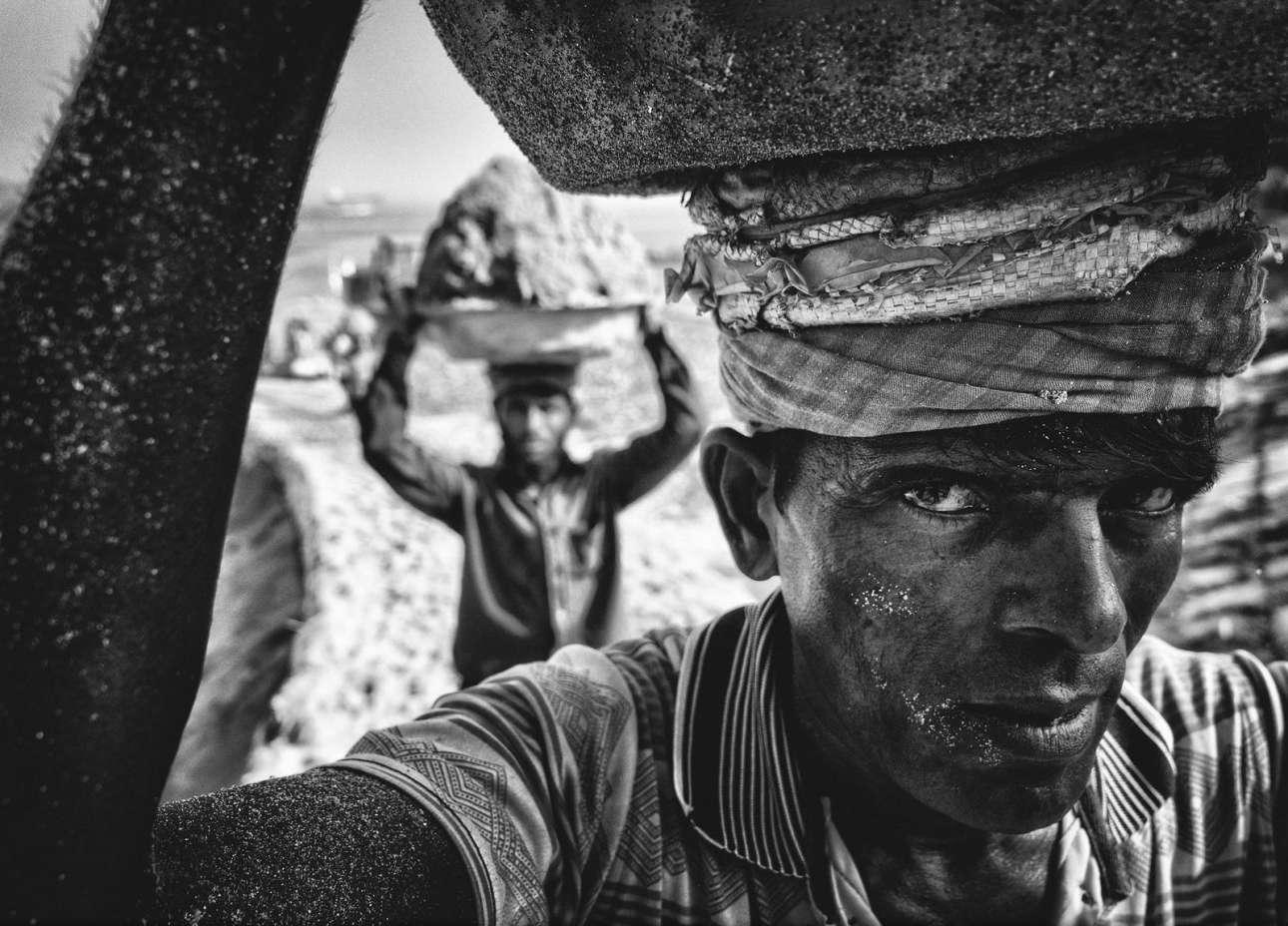 «Αμμοκουβαλητής» - Βραβείο κοινού, κατηγορία Ανθρωποι. Μία εξαιρετική σύνθεση, ένα δυνατό κάδρο: αχθοφόροι μεταφέρουν άμμο στις όχθες του ποταμού Νταλεσουάρι στο Μπαγκλαντές