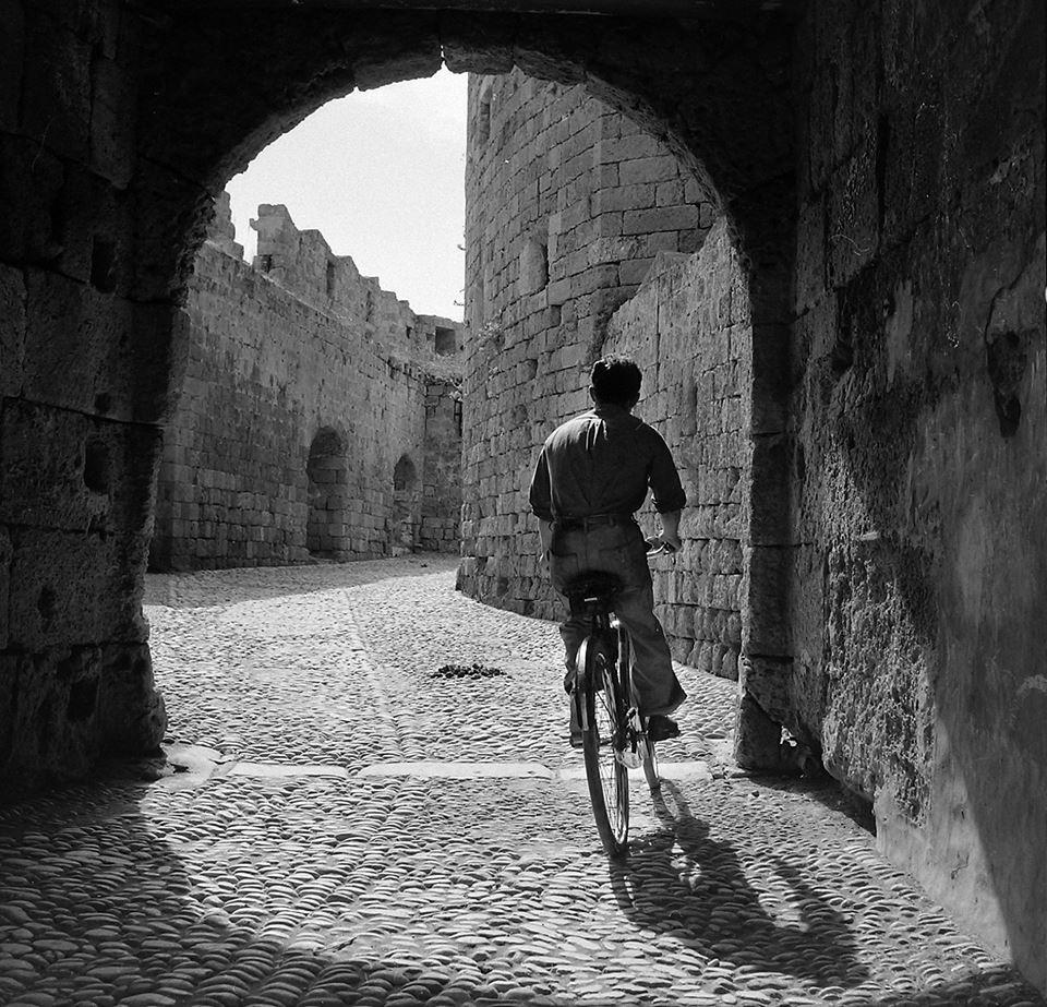 Βόλτα με ποδήλατο στη μεσαιωνική πόλη της Ρόδου, 1955