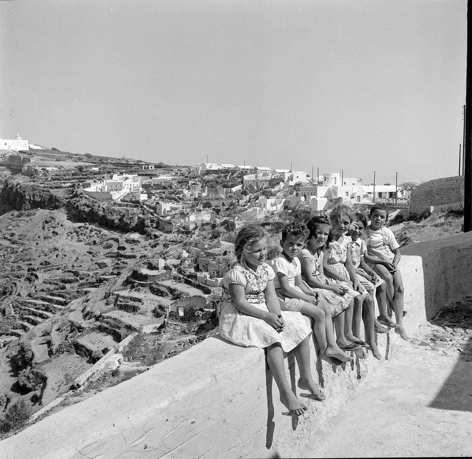 Πιτσιρίκια ποζάρουν στη Σαντορίνη του '62