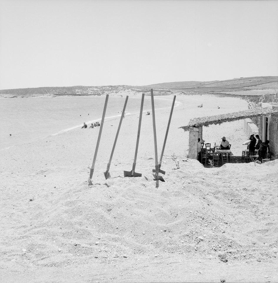 Τα φτυάρια «κάνουν διάλειμμα» στην παραλία Λογαρά της Πάρου, 1958