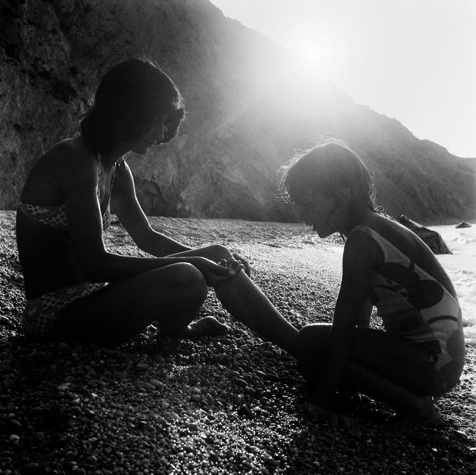 Αναζητώντας όμορφα βοτσαλάκια καθώς ο ήλιος δύει, στην Σκιάθο το 1972