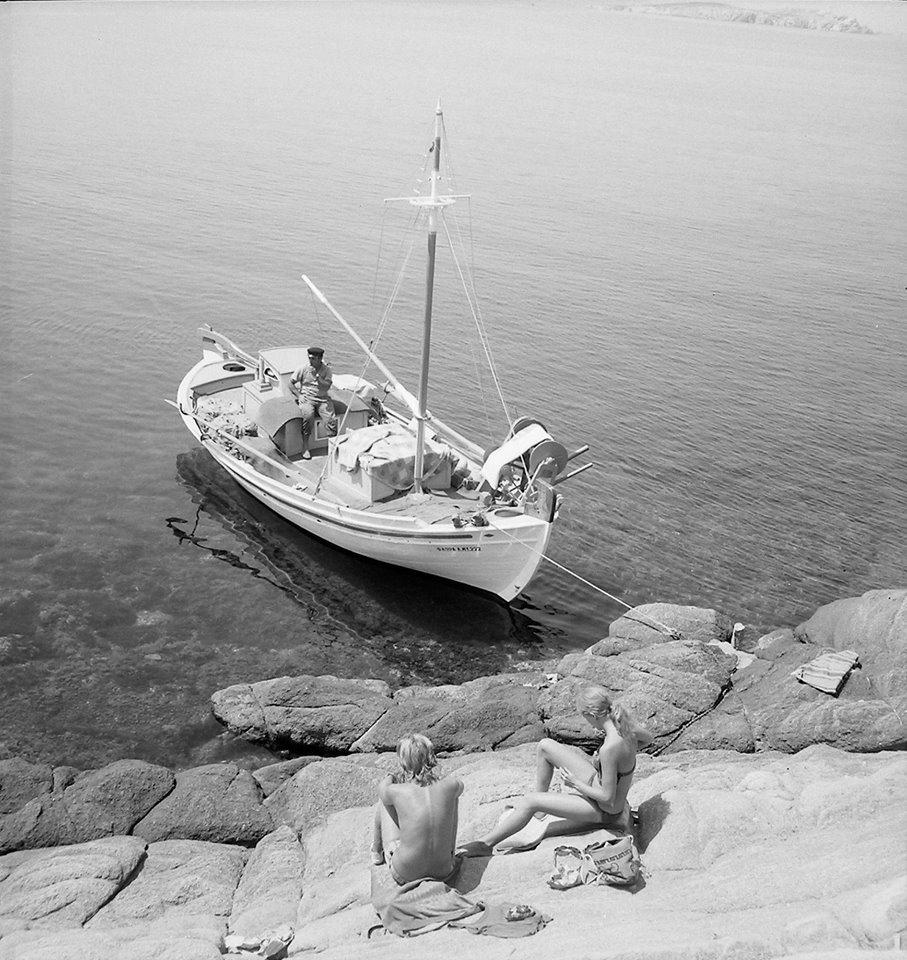 Ενα ζευγάρι και ένας ψαράς μοιράζονται μία καλοκαιρινή σιωπή, Μύκονος, 1960