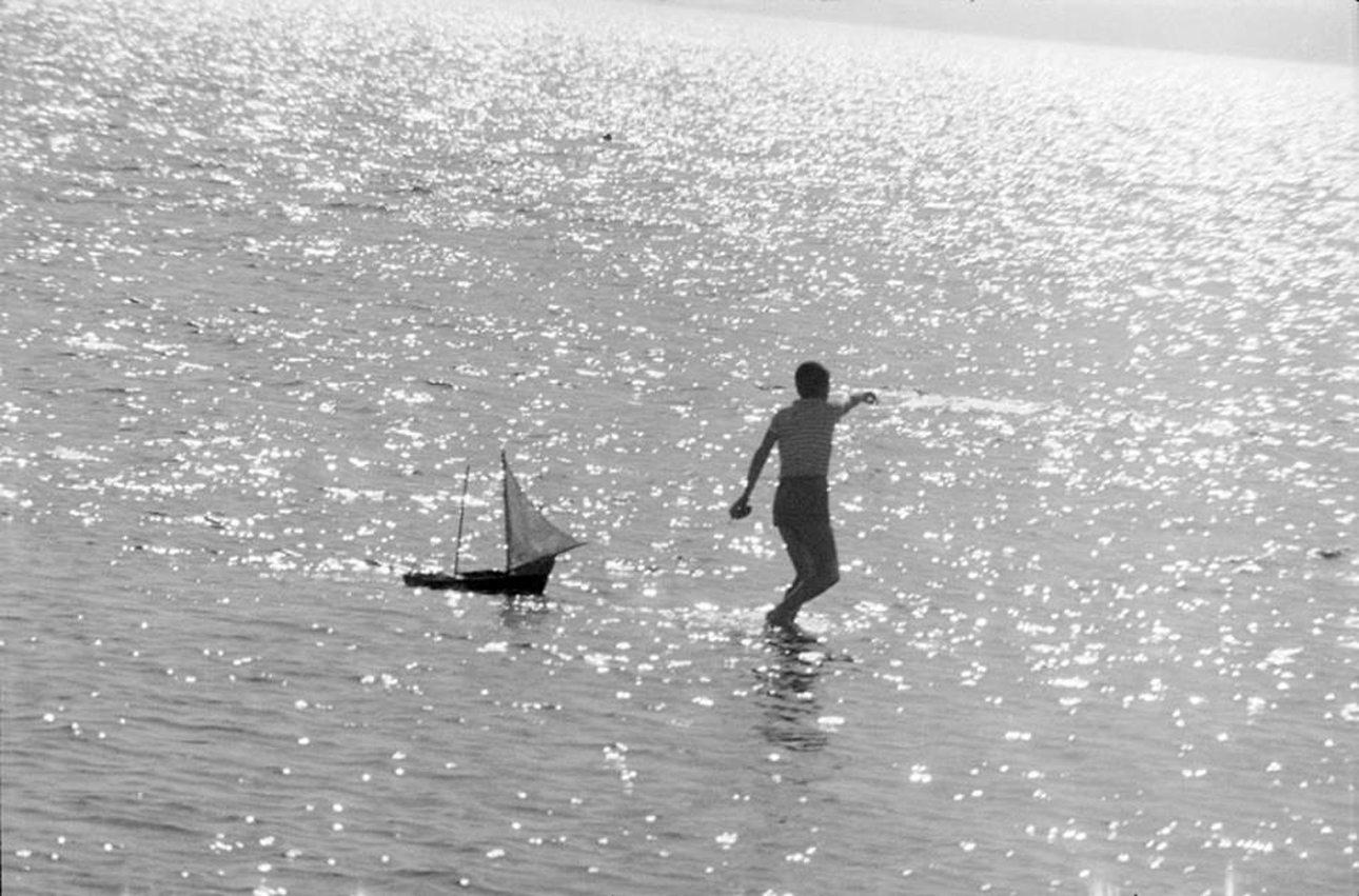 Μία εικόνα - επιτομή του ελληνικού καλοκαιριού, αντηλιά, θάλασσα και ένα καραβάκι στην Πάρο του 1971