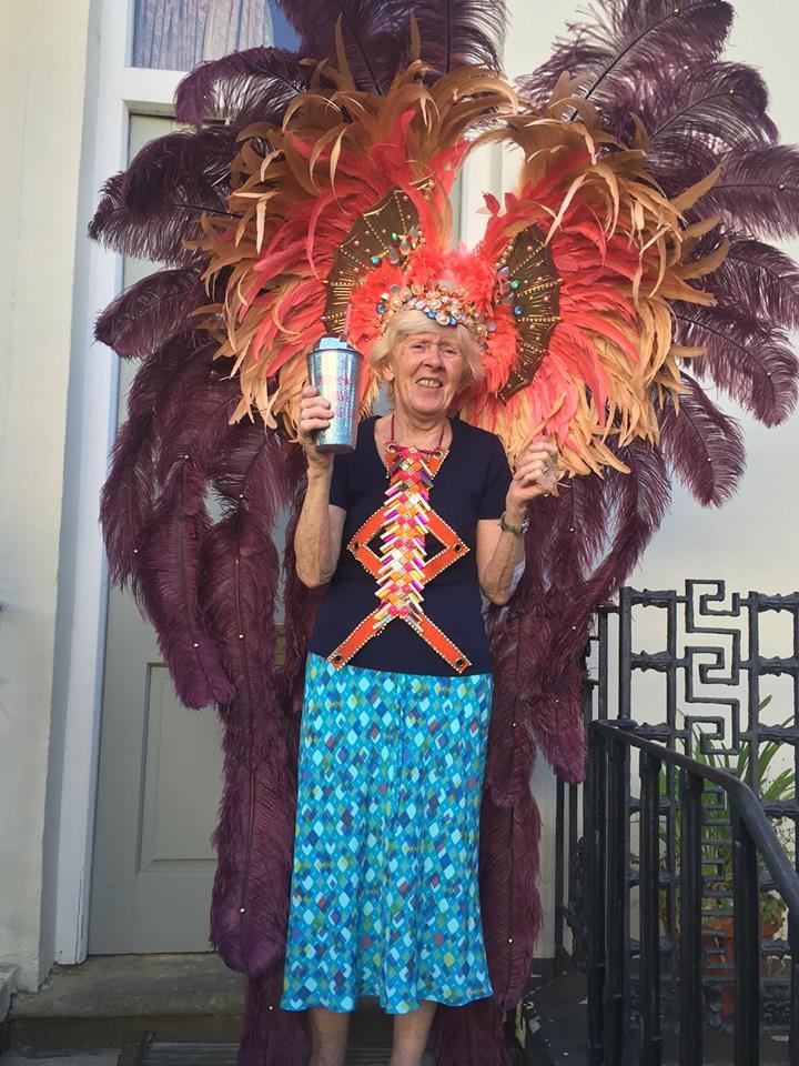 Φορώντας ένα εντυπωσιακό κοστούμι και με ποτό στο χέρι, μία 81χρονη βρετανίδα απολαμβάνει το πάρτι που έχει στηθεί έξω από το σπίτι της