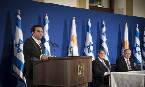 (Ξένη Δημοσίευση) Ο πρωθυπουργός Αλέξης Τσίπρας (Α) μιλά κατά τη διάρκεια τριμερούς συνάντησης Ελλάδας-Κύπρου-Ισραήλ, που πραγματοποιείται στο Ισραήλ, την Πέμπτη 8 Δεκεμβρίου 2016. Τριμερής συνάντηση Ελλάδας-Κύπρου-Ισραήλ, πραγματοποιείται με τον Ισραηλινό πρωθυπουργό Μπενιαμίν Νετανιάχου και τον Κύπριο προέδρο, Νίκο Αναστασιάδη και τον Έλληνα πρωθυπουργό, Αλέξη Τσίπρα. Είναι επιτακτική η ανάγκη να αρχίσουν ξανά βιώσιμες και αξιόπιστες συνομιλίες στο Μεσανατολικό ώστε να διασφαλιστεί το δικαίωμα των πολιτών του κράτους του Ισραήλ να ζουν με ασφάλεια και το δικαίωμα των Παλαιστινίων να έχουν το δικό τους βιώσιμο κράτος, όπως δήλωσε ο πρωθυπουργός Αλέξης Τσίπρας, ο οποίος παράλληλα είπε ότι είναι επιτακτική ανάγκη να υπάρξει δίκαιη και βιώσιμη λύση στο Κυπριακό, ενώ αναφέρθηκε και στην κατάσταση που επικρατεί στη Συρία.ΑΠΕ-ΜΠΕ/ΓΡΑΦΕΙΟ ΤΥΠΟΥ ΠΡΩΘΥΠΟΥΡΓΟΥ/Andrea Bonetti