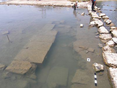 Φωτογραφία που δόθηκε σήμερα στη δημοσιότητα και εικονίζει καταβυθισμένο τμήμα κρηπιδώματος πιθανόν μεγάλου δημόσιου οικοδομήματος (αριστερά) παρά τον λιμένα της αρχαίας πόλης της Σαλαμίνος, στην βόρεια πλευρά του Όρμου Αμπελακίου. Ολοκληρώθηκε η δεύτερη φάση της διεπιστημονικής υποβρύχιας έρευνας στις ανατολικές ακτές της Σαλαμίνος που εξελίχθηκε, με εντατικούς ρυθμούς, σε θαλάσσια έκταση μείζονος ιστορικής σημασίας: α) στον Όρμο του Αμπελακίου, λιμένα της Κλασικής πόλης της Σαλαμίνος, υπό τον έλεγχο του Αθηναϊκού κράτους και κύριο χώρο συγκέντρωσης του ενωμένου Ελληνικού στόλου την παραμονή της ναυμαχίας του 480 π.Χ. και β) στην περιοχή στα βόρεια και ανοικτά της χερσονήσου της Κυνόσουρας, επί της οποίας εντοπίζονται τα σημαντικότερα μνημεία της Νίκης. Δευτέρα 28 Αυγούστου 2017.  ΑΠΕ-ΜΠΕ/ΥΠΟΥΡΓΕΙΟ ΠΟΛΙΤΙΣΜΟΥ/Χρ. Μαραμπέα