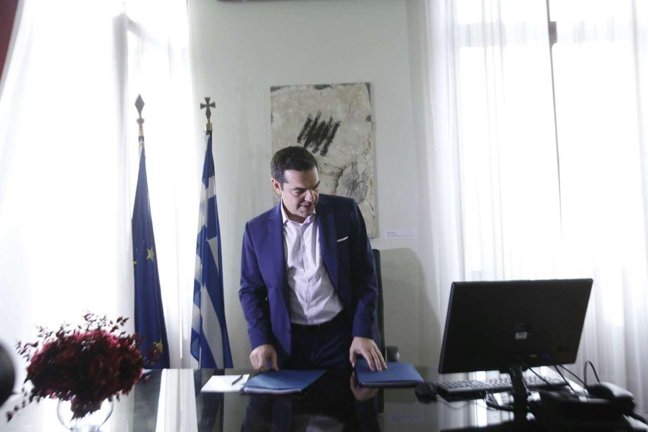 Η πρ'ωτη επαφή του Αλέξη Τσίπρα με το γραφείο του στη Θεσσαλονίκη.... (INTIMEnews)