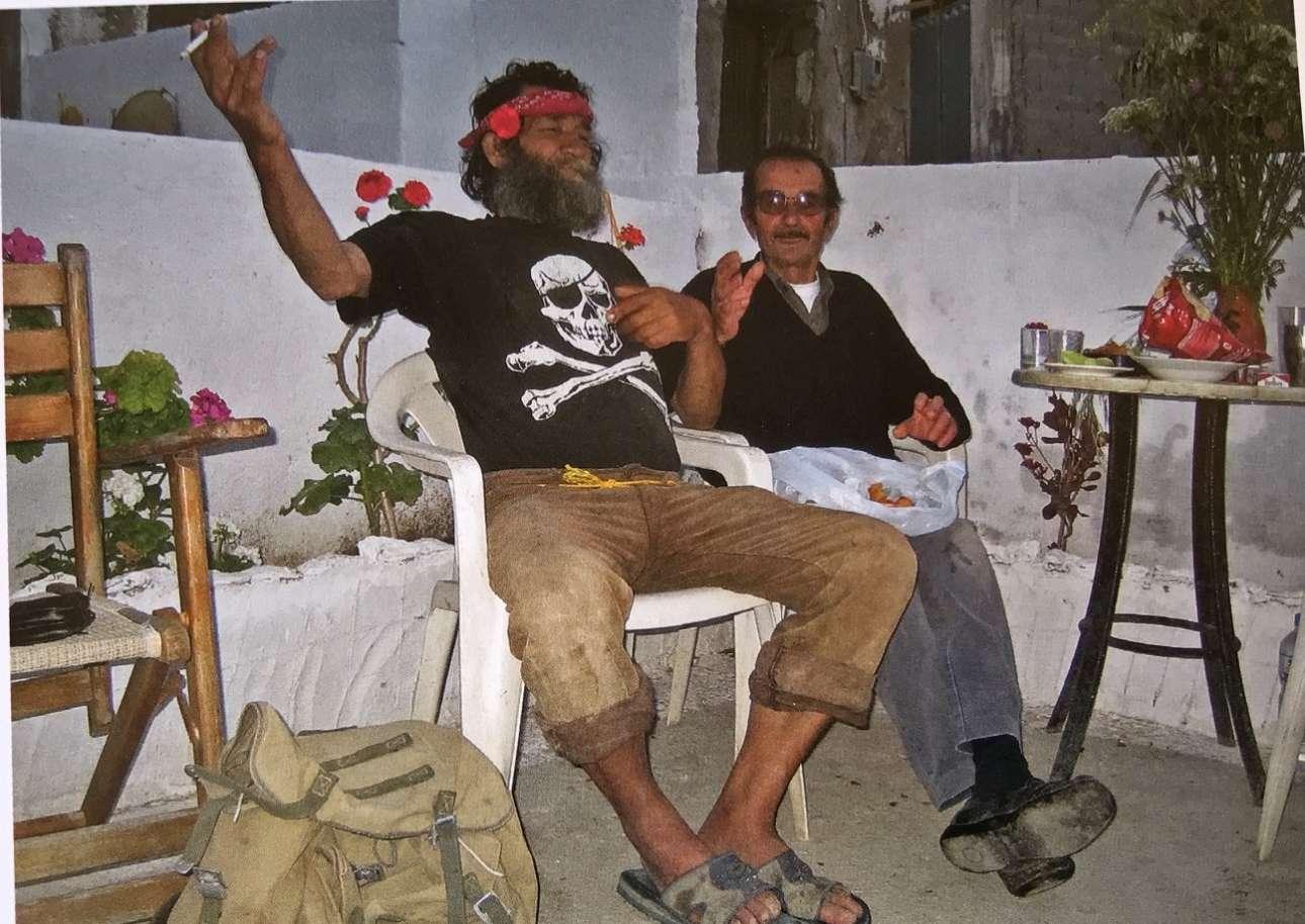 Ο μακαρίτης Γιώργος Γερμανάκης, με το ''αιώνιο'' λουλούδι στα μαλλιά και ο Γιάννης Ανδριανάκης