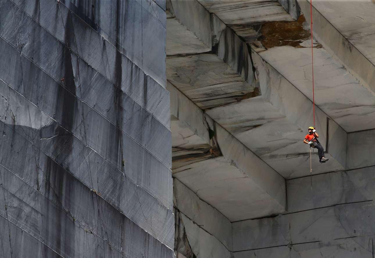Προτού ξεκινήσει η εξόρυξη, ειδικοί γνωστοί ως «tecchiaroli» κρεμιούνται με σχοινιά από τις πλευρές του βουνού και με μυτερά εργαλεία αφαιρούν τα επίφοβα πετρώματα που μπορούν να πέσουν και να τραυματίσουν τους εργαζόμενους στις επόμενες φάσεις της εξόρυξης