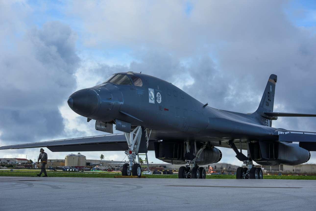 Αμερικανικό βομβαρδιστικό B-1B Lancer που σταθμεύει στο νησί και είναι έτοιμο να επιχειρήσει κατά της Βόρειας Κορέας