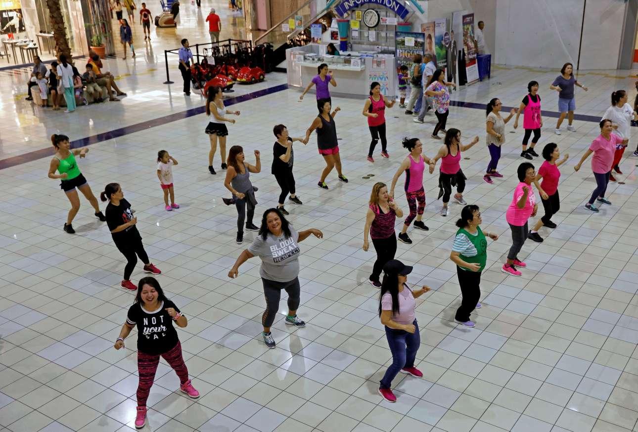 Η καθημερινότητα συνεχίζεται με μαθήματα ζούμπα στον χώρο ενός mall