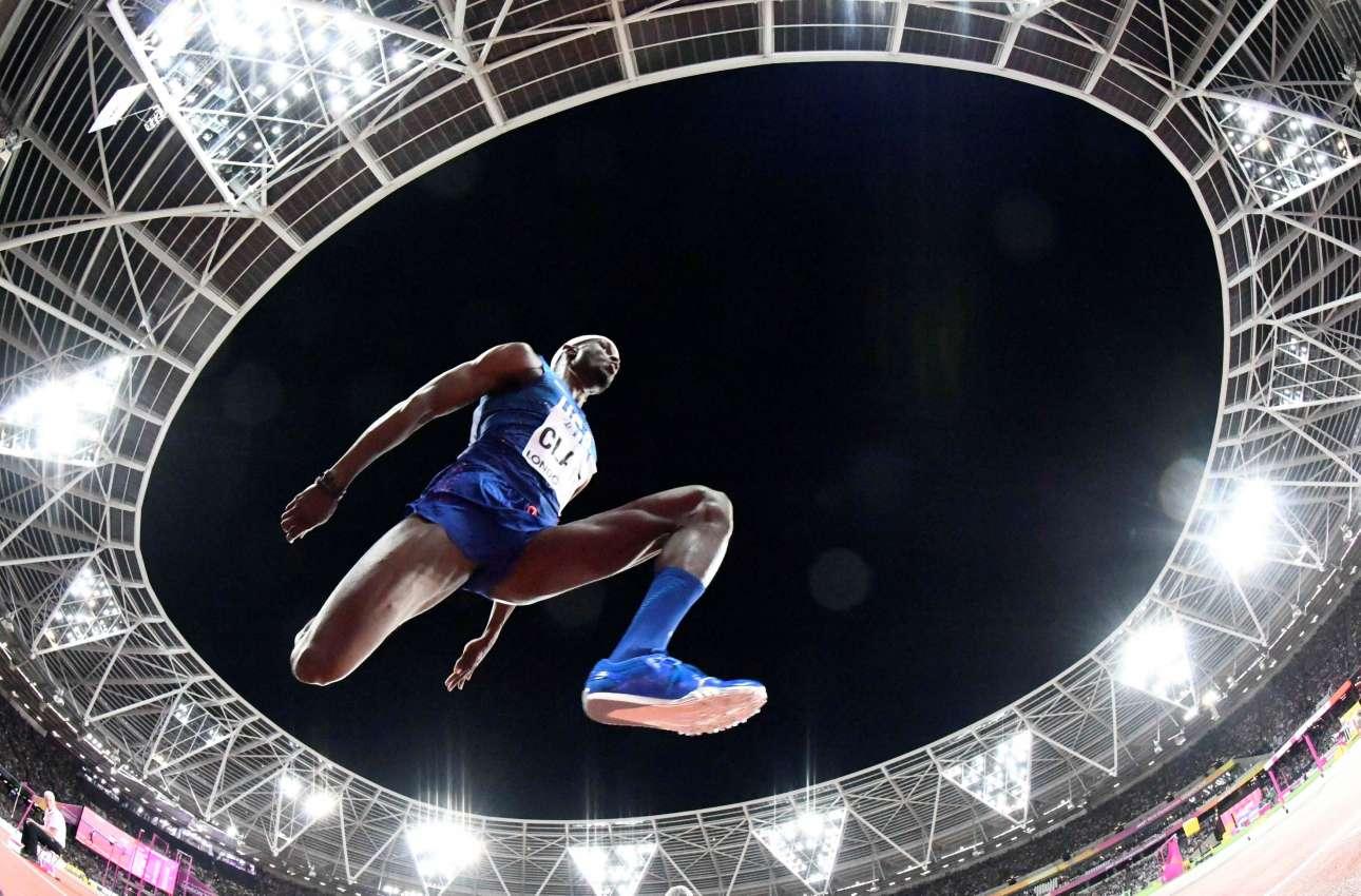 Πέμπτη, 10 Αυγούστου. Ο Γουίλ Κλέι σε ένα άλμα του στο Παγκόσμιο Πρωτάθλημα Στίβου. Την παράσταση όμως κλέβει η απίστευτη ματιά του φωτογράφου και το «κλικ» την κατάλληλη στιγμή