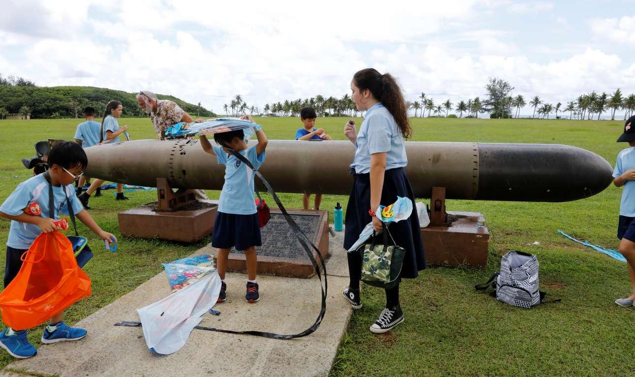 Το νησί είχε γίνει θέατρο μαχών κατά τον Β' Παγκόσμιο Πόλεμο: εδώ παιδιά παίζουν με μια τορπίλη από τον πόλεμο