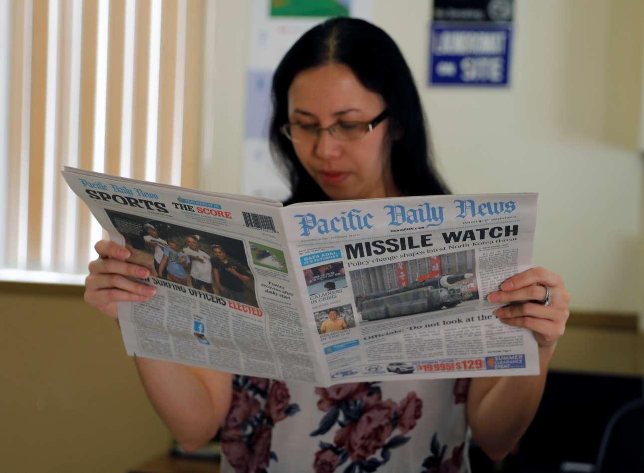 Η ρεσεψιονίστ της φωτογραφίας διαβάζει –όχι ιδιαίτερα ανήσυχη- τα νέα από την εφημερίδα