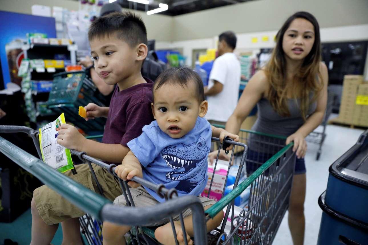 Κάποιοι πάντως βγήκαν για ψώνια - χωρίς πανικό
