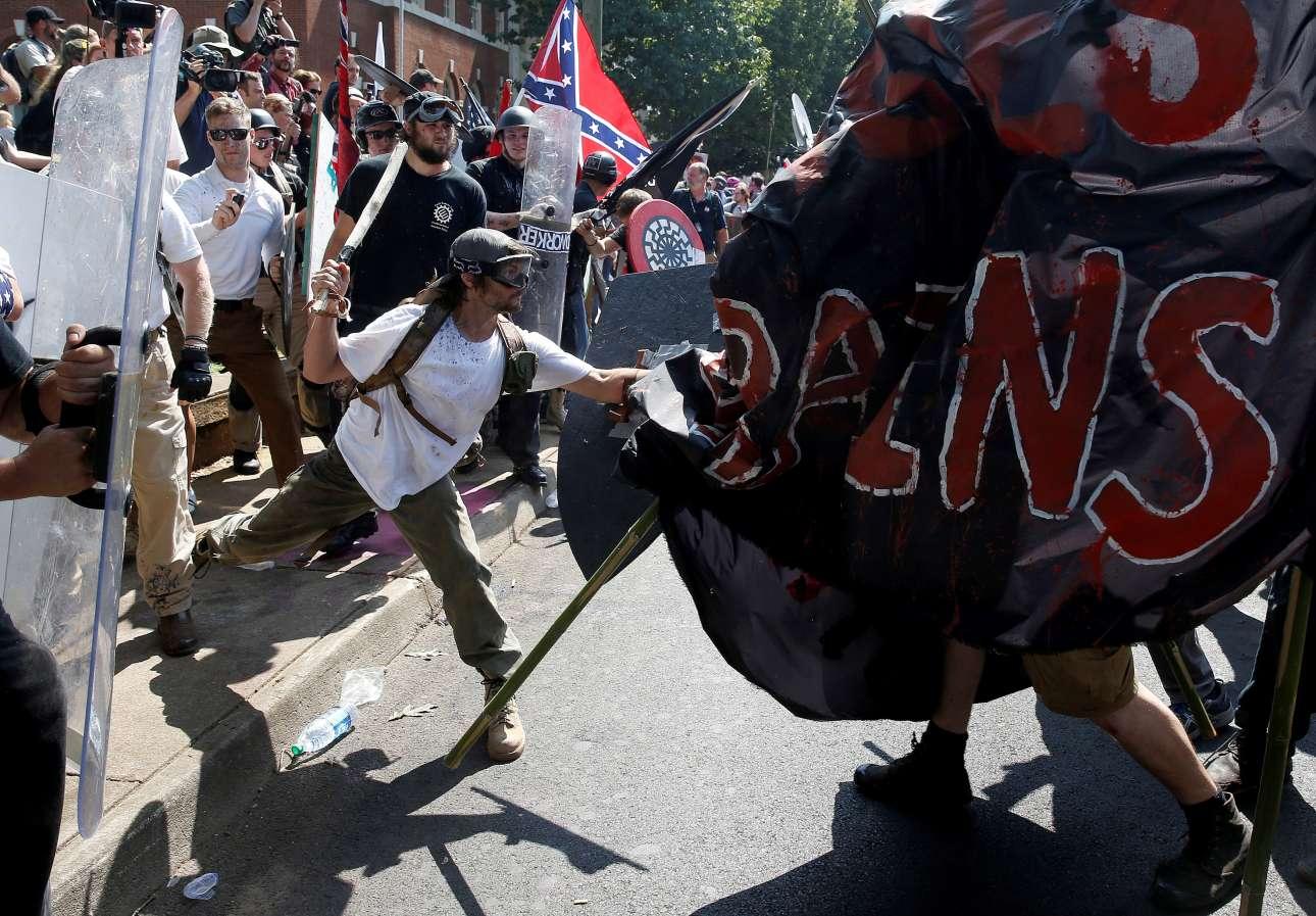 Σάββατο 12 Αυγούστου, Σάρλοτσβιλ, Βιρτζίνια, ΗΠΑ. Ακροδεξιοί ρατσιστές, νοσταλγοί της Κου Κλουξ Κλαν επιτίθενται σε αντιρατσιστές ακτιβιστές κατά τη διάρκεια των αιματηρών επεισοδίων