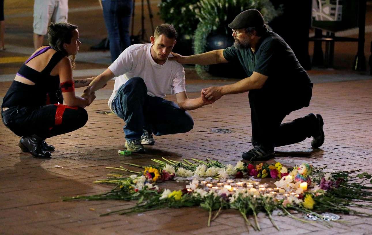 Κυριακή, 13 Αυγούστου, Σάρλοτσβιλ, Βιρτζίνια, ΗΠΑ. Δύο περαστικοί παρηγορούν έναν φίλο των θυμάτων της επίθεσης κατά την αντιδιαδήλωση των αντιρατσιστικών οργανώσεων. Για μια ακόμη φορά οι ΗΠΑ θρηνούν θύματα βίας στο εσωτερικό τους. Μια χώρα σε κρίση