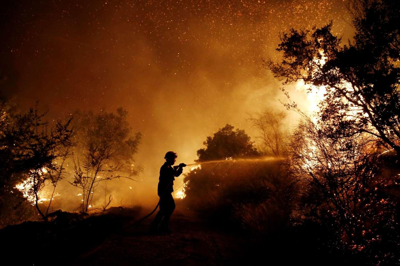 Κυριακή, 13 Αυγούστου, Κάλαμος Αττικής, Ελλάδα. Ενας πυροσβέστης μόνος απέναντι στην πύρινη κόλαση. Μια ακόμη καταστροφική πυρκαγιά εφέτος...
