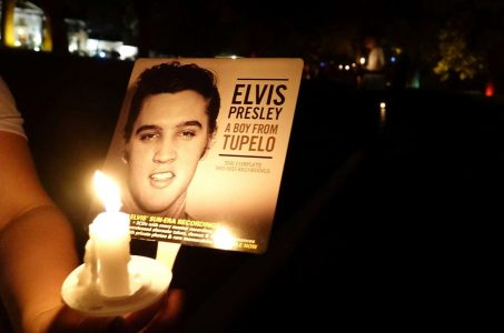 2017-08-16T033002Z_266737141_RC1E81AF2400_RTRMADP_3_PEOPLE-ELVIS