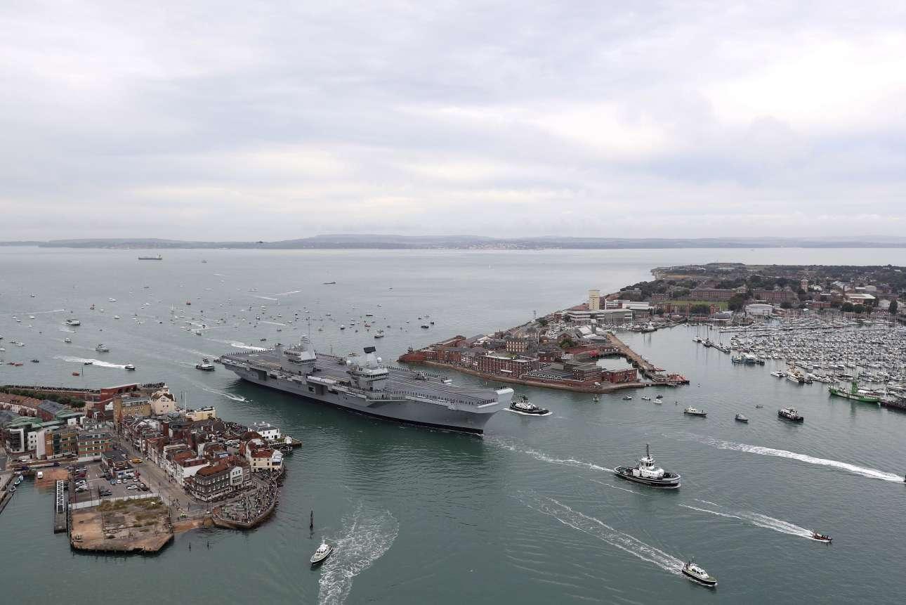Τετάρτη, 16 Αυγούστου. Το μεγαλύτερο και πιο ισχυρό πολεμικό πλοίο που κατασκεύασε ποτέ η Βρετανία φτάνει στο λιμάνι του Πόρτσμουθ. Το αεροπλανοφόρο HMS Queen Elizabeth κόστισε τρία δισεκατομμύρια λίρες και αναμένεται να αποτελέσει την αιχμή του δόρατος της Βρετανίας για τα επόμενα 50 χρόνια