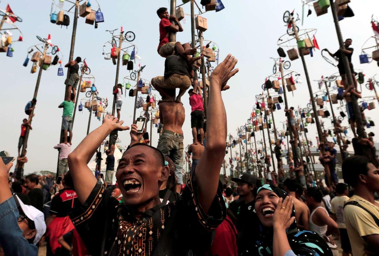 Πέμπτη, 17 Αυγούστου. Πλήθος κόσμου διασκεδάζει κατά τη διάρκεια του εορτασμού της Ημέρας Ανεξαρτησίας της Ινδονησίας