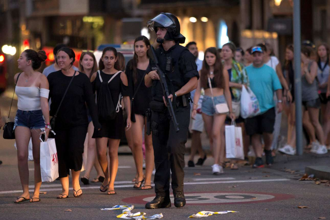 Πέμπτη, 17 Αυγούστου. Οι άνδρες της Αστυνομίας εκκενώνουν έναν κτίριο λίγη ώρα μετά την τρομοκρατική επίθεση στην τουριστική καρδιά της Βαρκελώνης